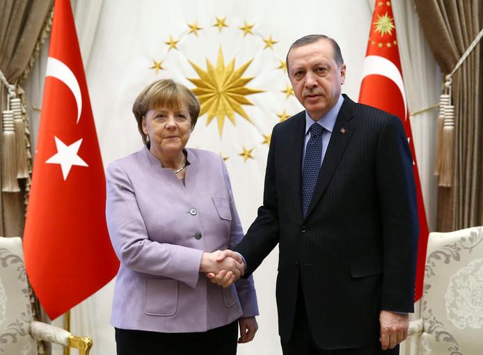 In februari schudden Angela Merkel en Recep Erdogan elkaar nog de hand. Gelukswensen blijven deze keer uit.