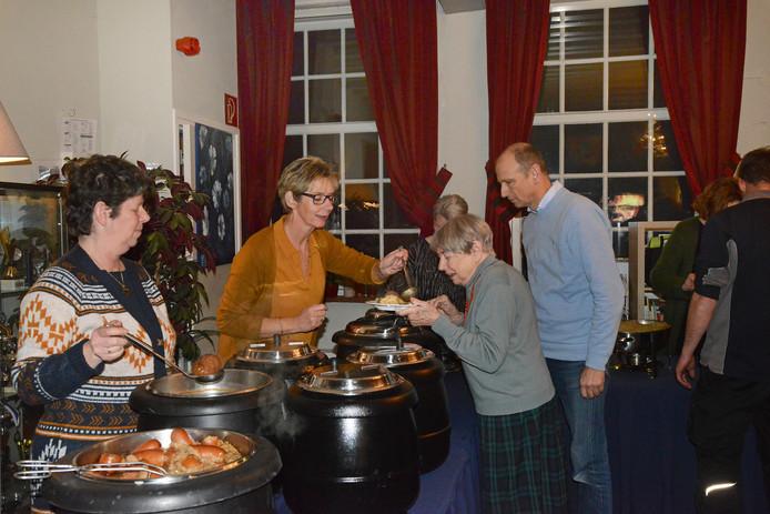 De stamppotmaaltijd voor 110 mensen in het Dorpshuis van Ouwerkerk werd klaargemaakt door vier vrijwilligers.