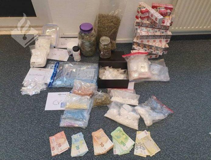 De politie vond contant geld en verschillende soorten drugs in een woning in de gemeente Noordoostpolder.