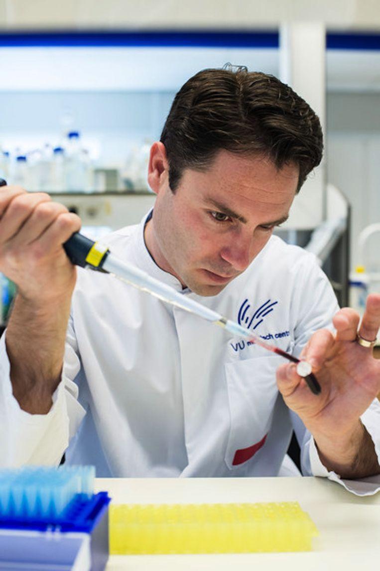 Onderzoeker- en hoogleraar Tom Würdinger aan het werk Beeld Mats van Soolingen