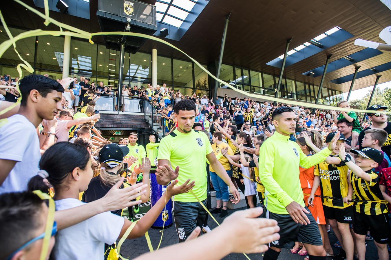 De supporters van Vitesse kunnen hun sterren deze maand in Driel aanschouwen tegen Sivasspor. Het duel met Bayer Leverkusen is besloten voor aanhangers van de Arnhemse club.