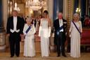 Op de foto voor het staatsdiner lijkt de tuxedo van de president hem niet op het lijf geschreven.