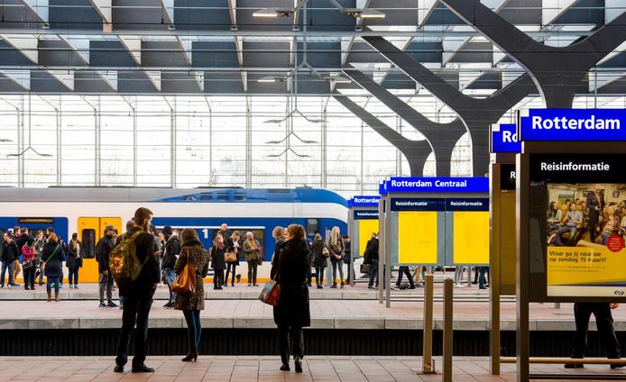Reizigers wachten op hun trein op treinstation Rotterdam Centraal