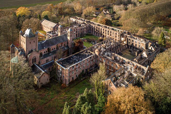 Zo ziet Haarendael er momenteel uit. De kapel (links) van de Delftse architect en professor Marinius Jan Grandpré Molière is redelijk ongeschonden gebleven bij de verwoestende brand van 31 augustus.