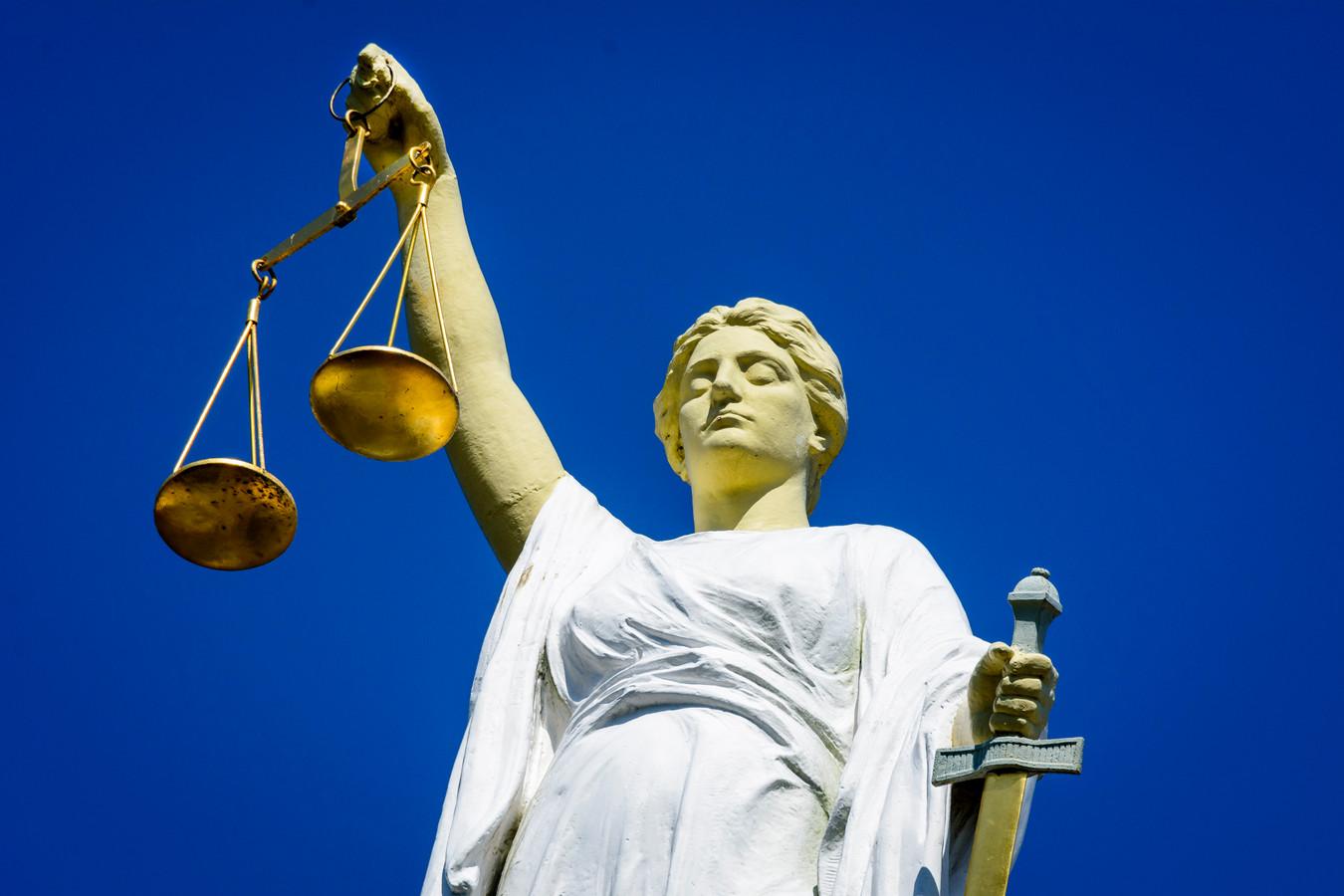 Vrouwe justitia buigt zich op 8 december over Roy B. die verdacht wordt van ernstige mishandeling op een terras in Zeewolde.