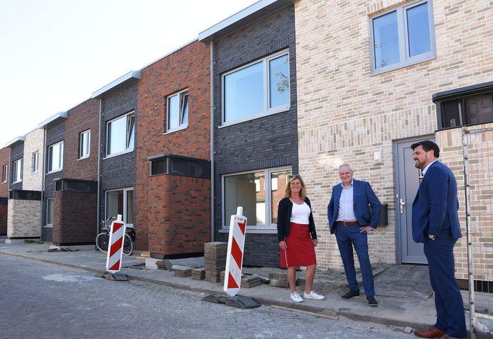 De huurwoningen aan de Bellamystraat in Terneuzen; vlnr Carina Doggen, Luc Burm en Ruben Karel.