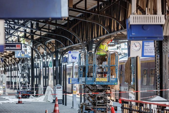 Roosendaal - 23-8-2017 - Foto: Marcel Otterspeer / Pix4Profs - Het station krijgt een flinke onderhoudsbeurt aan de overkapping. Meter voor meter wordt het schilderwerk aangepakt en worden de lichtstraten vernieuwd.