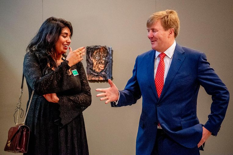 Koning Willem-Alexander met kunstenaar Raquel van Haver. Koning Willem-Alexander tijdens de uitreiking van de Koninklijke Prijs voor Vrije Schilderkunst 2018 uit in het Koninklijk Paleis. Beeld anp