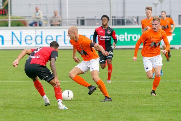 Rob van der Leij, heeft tijdens de aanval van HHC, even geen oog voor de meegelopen Steff Kaptein.