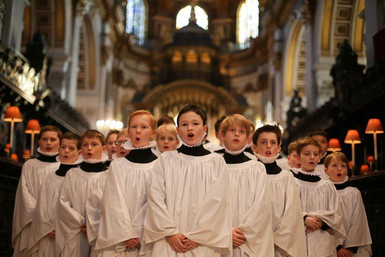 Een jongenskoor repeteert voor het kerstconcert in de St Paul's kathedraal Beeld ANP