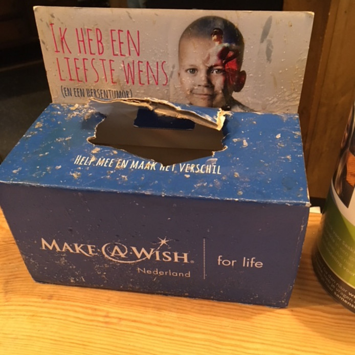 De geplunderde collectebox van de Make A Wish-foundation. © eigen foto