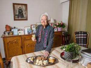 """Noëlla is 105 en woont nog alleen: """"Rusthuizen zijn de vijand voor moeder"""""""