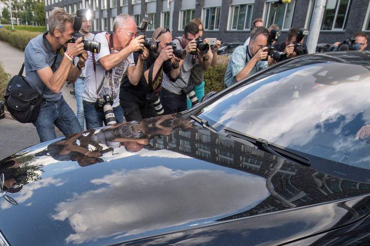 Ullrich wordt weggeleid uit het politiebureel in Frankfurt waar hij even werd vastgehouden.