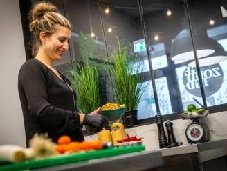 """Uitbaatster Evie (35) van 'Gezondigd' neemt nieuwe kok aan: """"Eerste arbeider aanwerven zónder werkgeversbijdragen doet ons sneller stap zetten"""""""
