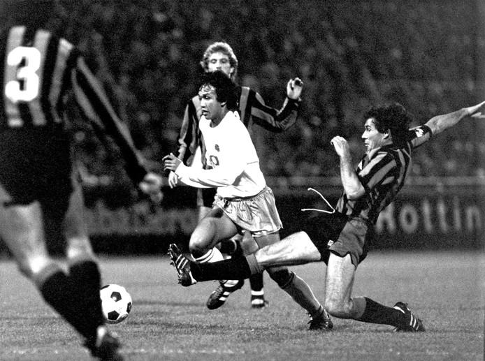 FC Groningen-Inter Milan 2-0, eerste wedstrijd tweede ronde EC-III voetbal. Fandi (m) van Groningen laat Baresi (r) en Coeck (middenachter) zijn hielen zien.