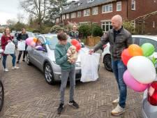 Arnhemse school De Boomhut maakt feestje van rondbrengen studieboeken