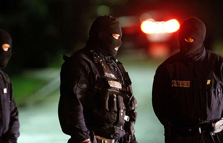 Speciale politie-eenheden in Longpont, waar de daders voor het laatst gezien zouden zijn. Beeld afp