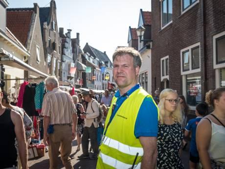 Marktmeester Harry Batstra heeft alles onder controle op de gigantische rommelmarkt in Hattem