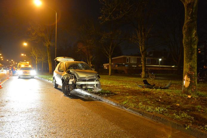 Auto raakt zwaar beschadigd na botsing op boom langs de Kayersdijk in Apeldoorn.