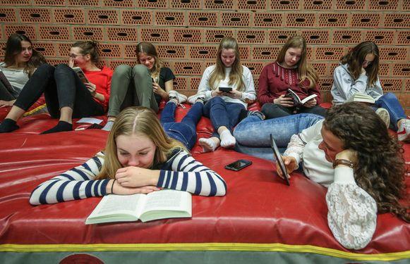 De leerlingen maakten het gezellig, tijdens het uurtje boeken lezen.