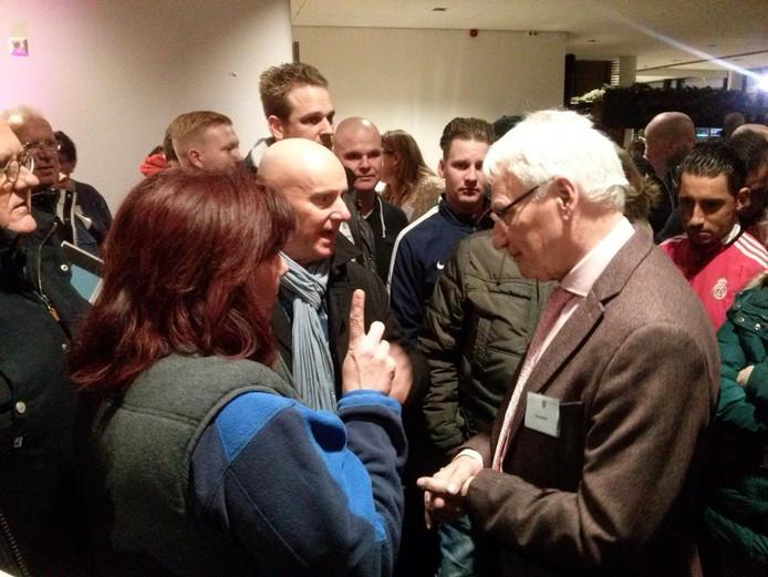 Inwoners in gesprek met burgemeester Wim Luijendijk.