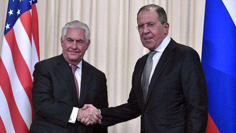 Russische minister van Buitenlandse Zaken Sergei Lavrov (R) schudt de hand van zijn Amerikaanse ambtsgenoot Rex Tillerson na een gezamenlijke persconferentie op 12 april Beeld afp