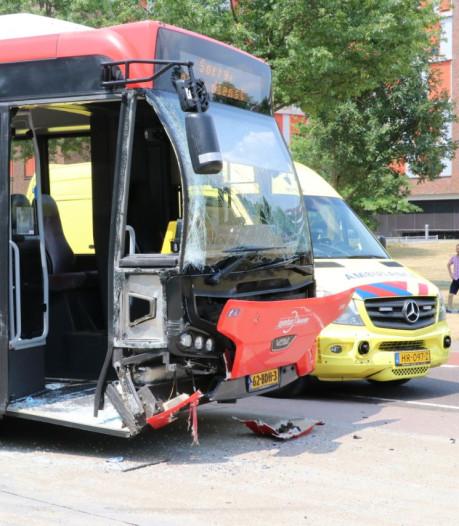 Stadsbus en auto botsen in Enschede: 2 gewonden