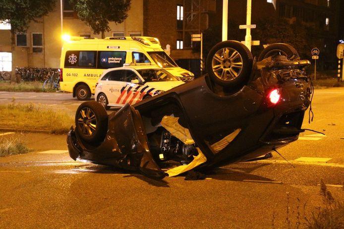 Eén van de betrokken auto's kwam bij het ongeluk op de kop terecht.