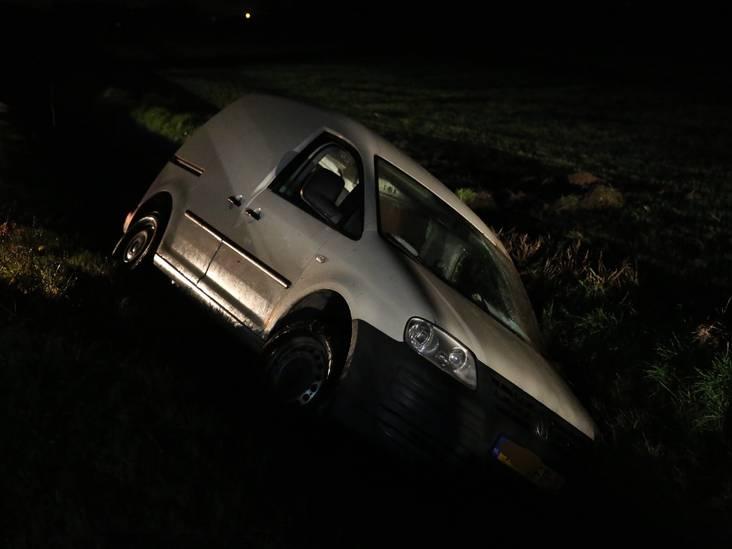 Automobilist belandt in sloot aan Bergsebaan in Nispen