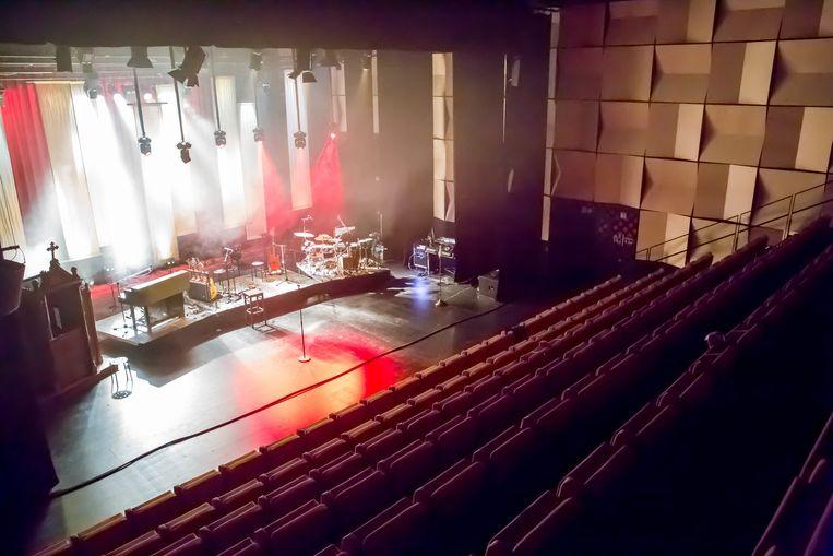 De nieuwe theaterzaal baadt in het licht.