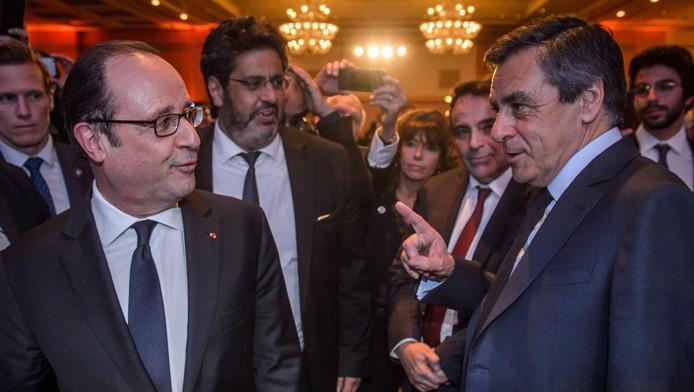 De Franse president François Hollande (links) in gesprek met de rechtse presidentskandidaat François Fillon.