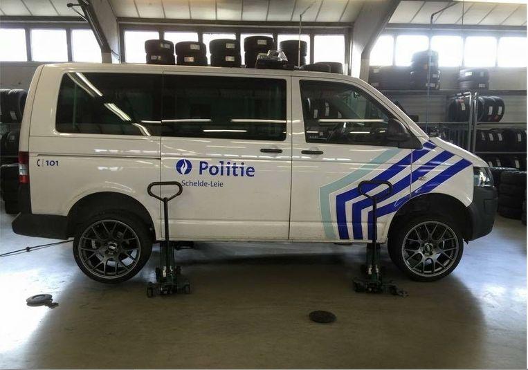 Deze foto van de combi van de politie Schelde-Leie met sportvelgen pronkte gisteren een tijdlang op Facebook.