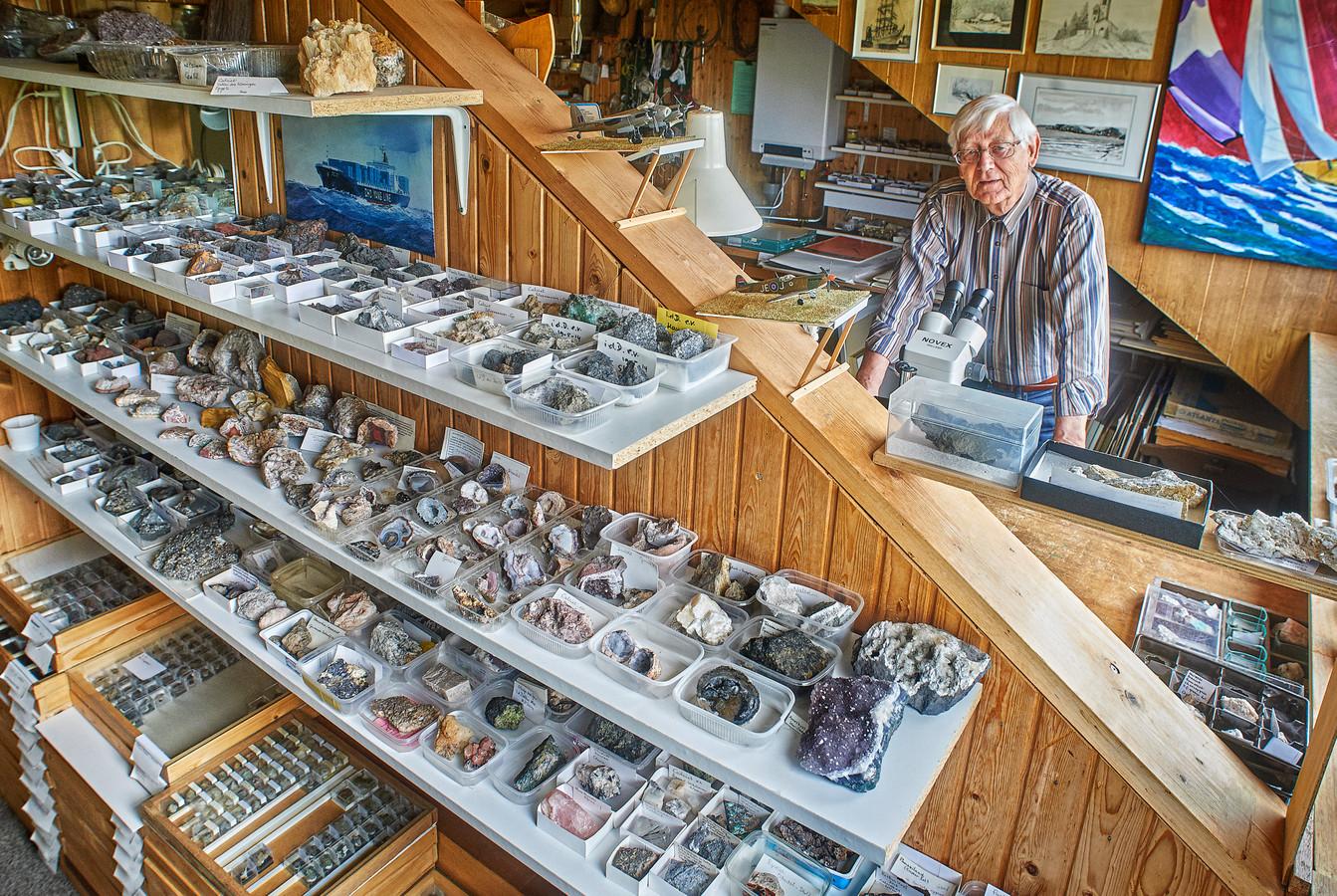 Piet Karstens uit Macharen op zijn zolder vol mineralen, treinen en boeken.