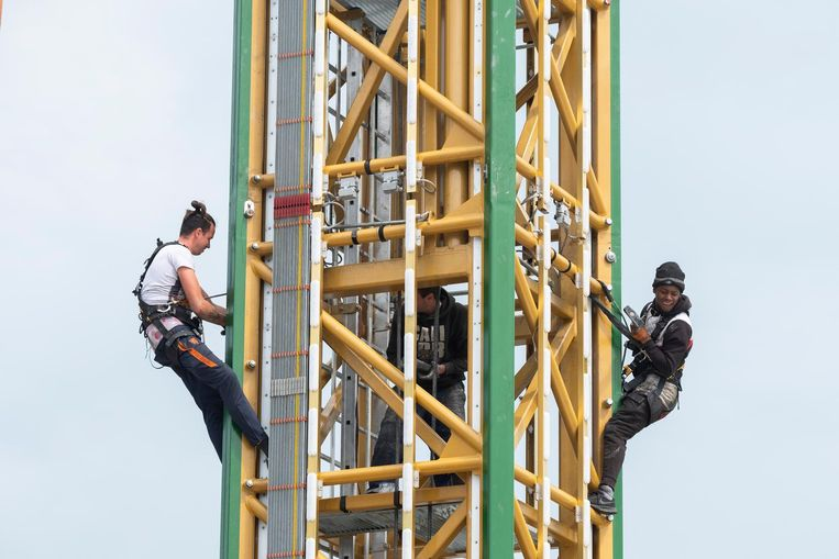 Arbeiders werken aan de opbouw van The Tower.