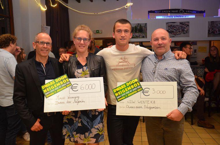 De organisatoren van 'Dwars door Neigembos' overhandigen de opbrengst van in totaal 9.000 euro aan de nationale mucostichting en vzw Wenteka.