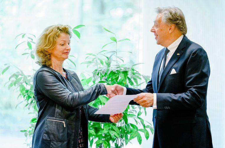 Shell-directeur Marjan van Loon (links) en voorzitter van het Klimaatberaad Ed Nijpels. Beeld ANP