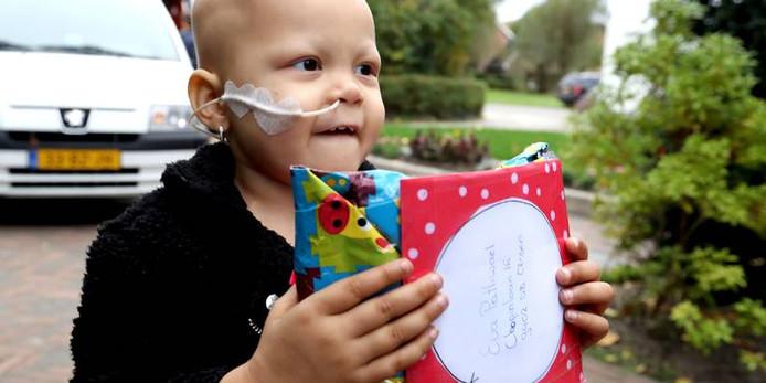 Eva neemt één van de duizenden pakketjes in ontvangst.