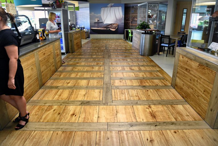 In de vloer van de (openbaar toegankelijke) kantine van zorginstelling Ipse de Bruggen is het bodempatroon van een van de 'Zwammerdamschepen' verwerkt. Beeld Marcel van den Bergh