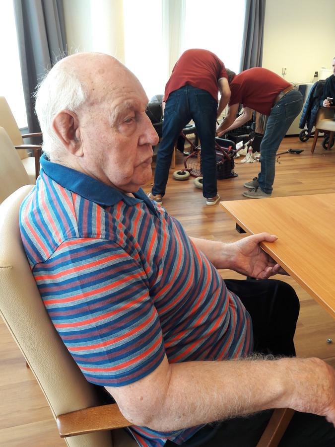 Johan Kloosterman wacht geduldig af tot zijn rollator door de APK-keuring komt