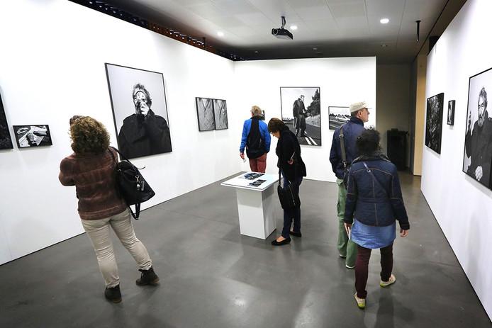 Drukte bij de exposities van BredaPhoto in het centrum van Breda. Expositie van Robin de Puy. - Foto: Ramon Mangold/ Pix4Profs -