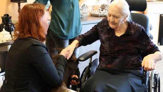 Annebé Temminck laat een bewoonster contact leggen met therapiepaardje Woezel.