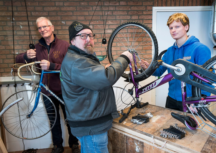 Vlnr vrijwilligers Bram Rijlaarsdam, Mike de Forges en coördinator Christiaan Zijl in de fietswerkplaat van Tympaan-De baat in Mijdrecht.