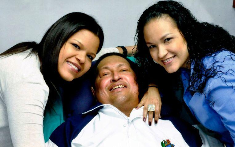 Hugo Chavez in zijn ziekenhuisbed, in aanwezigheid van zijn dochters Beeld ap
