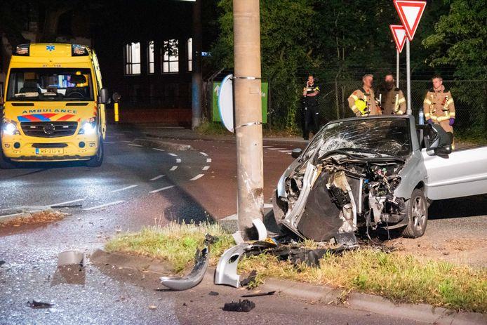 De bestuurder van een auto is gewond geraakt toen hij op de Utrechtseweg in Arnhem met zijn wagen tegen een lantaarnpaal reed.