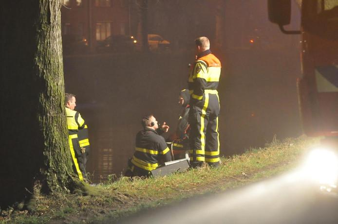 Brandweer zoekt naar te water geraakte persoon.