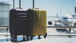 Vrouw vertrekt op reis met beenderen van echtgenoot in bagage