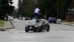 Man springt op rijdende auto en laat niet meer los