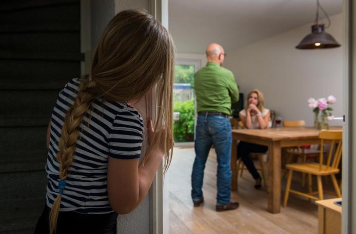 Een meisje kijkt toe terwijl haar ouders ruzien.