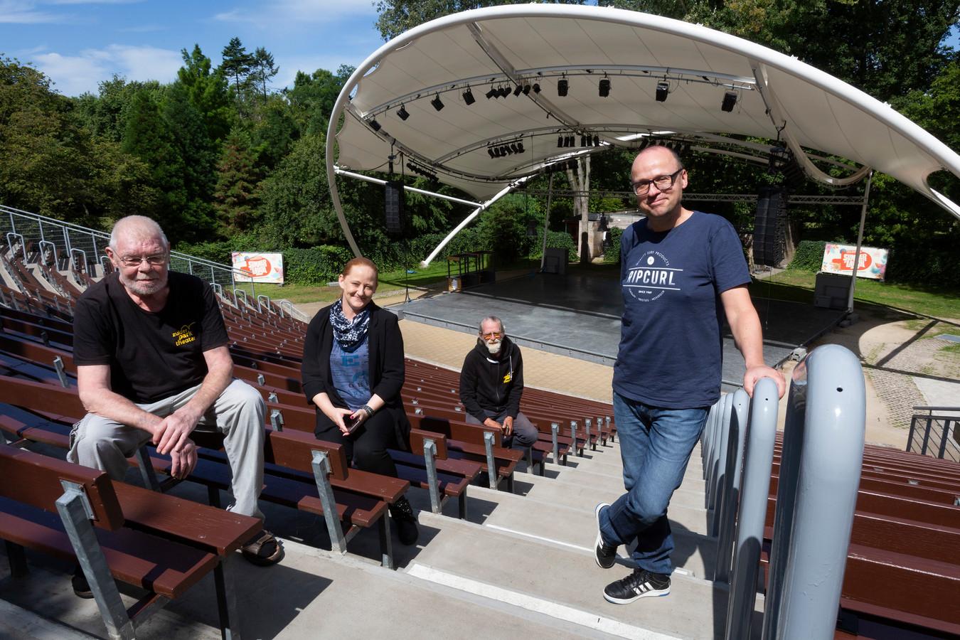 Zakelijk directeur Remco Engels (rechts) met drie van zijn meer dan 60 vrijwilligers.