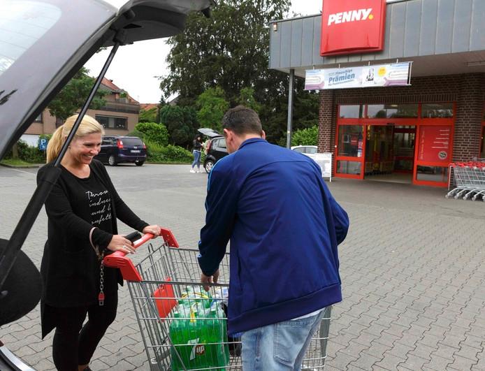 Twee Nederlanders hebben inkopen gedaan bij de Penny-markt in Kranenburg.